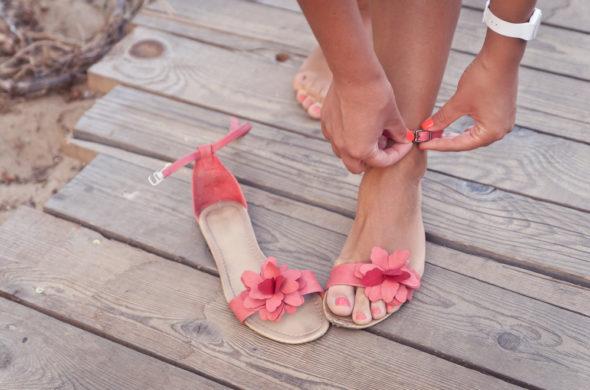Už žádné podpatky – letos se nosí pantofle a originální sandály!