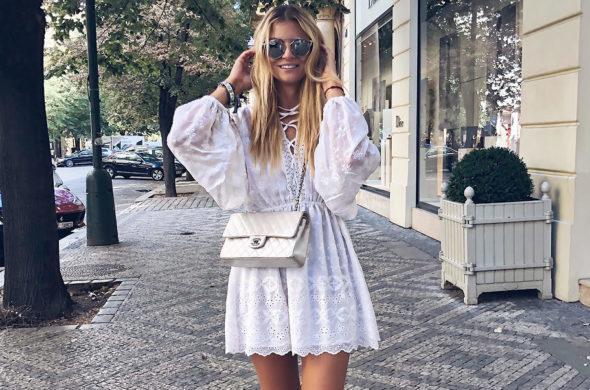 Letní šaty ve městě